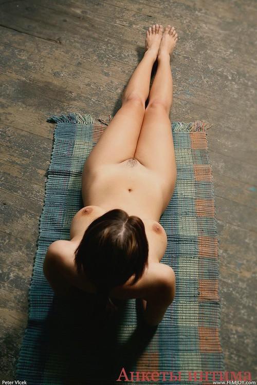 Маланя - мастурбация члена грудью
